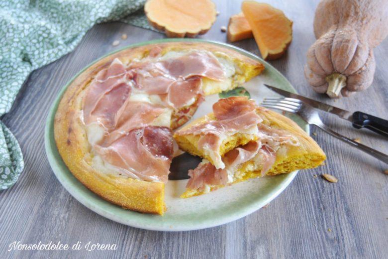 Pizza gialla alla zucca con crudo e mozzarella