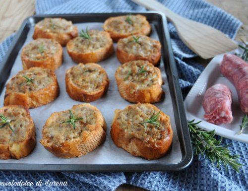 Crostini di pane con salsiccia e stracchino