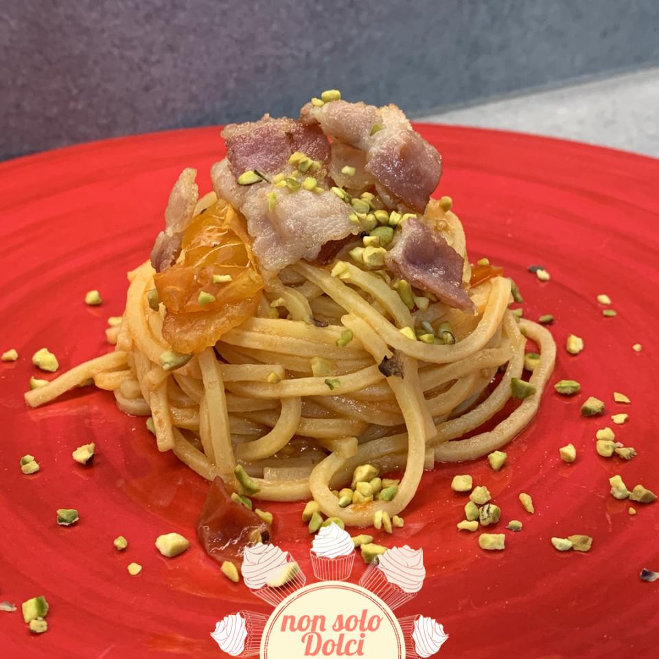 Spaghetti con pomodorini gialli, bacon e pistacchio