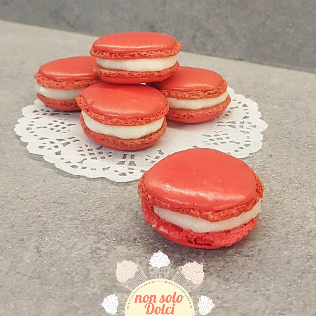 Macarons rossi con crema al mascarpone