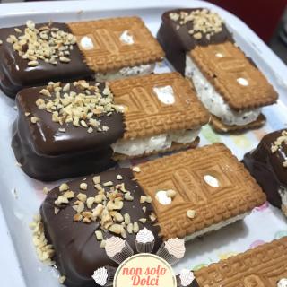 gelato biscotto_ricoperto di cioccolato e nocciole tritate