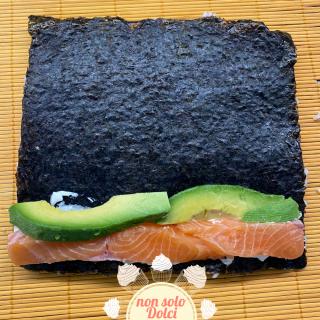 Preparazione uramaki: aggiunta del pesce e avocado