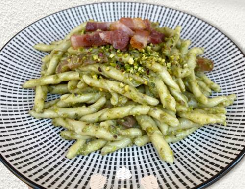 Strozzapreti con pesto di pistacchi e pancetta croccante