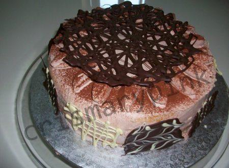Torta con decori di cioccolato
