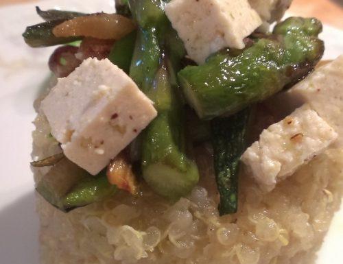 Quinoa con asparagi, tofu e zucchine