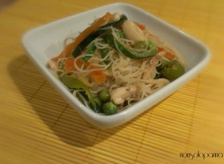 spaghettini di soia con verdure e pollo