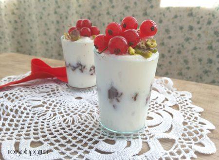 Bicchierini di crema alla ricotta e miele d'acacia con scaglie  di cioccolato