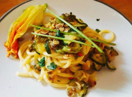 spaghettoni quadrati con vongole, zucchine e fiori di zucca