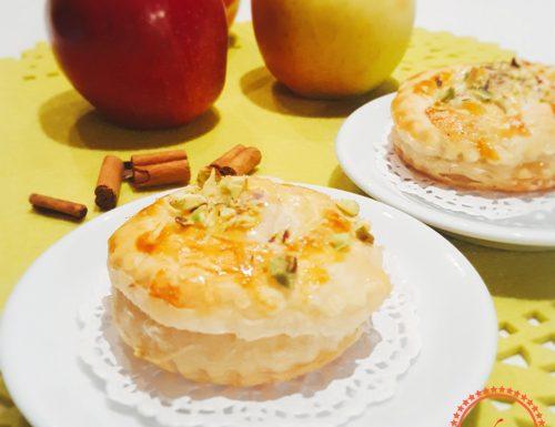 Tortine di pasta sfoglia ripiene di  mele e pistacchi