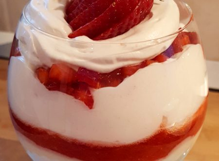 Calice di crema chantilly e fragole