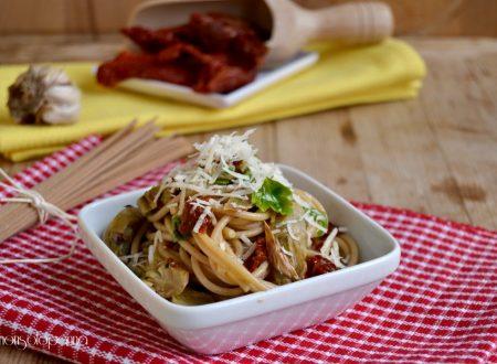 Spaghetti con cuori di carciofo e pomodori secchi