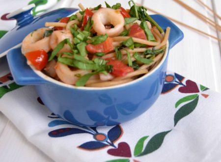 Spaghetti integrali con rucola, calamari e pomodorini