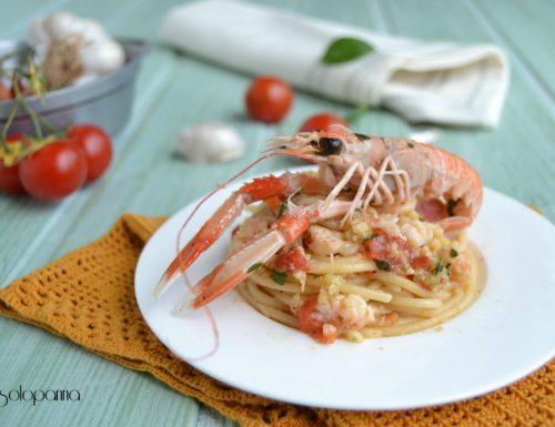 Spaghetti con scampi, pomodorini e pesto di mandorle