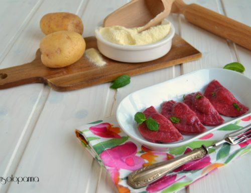 Ravioli di rossi con ripieno di patate e menta