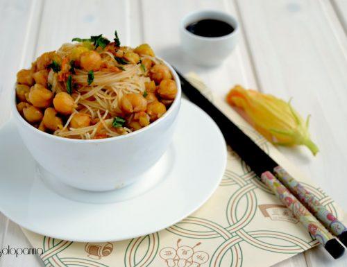 Vermicelli di riso al curry con ceci e fiori di zucca