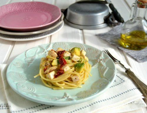 Spaghetti al pesce spada  con pomodori secchi e avocado