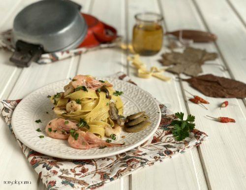 Tagliatelle con gamberi di nassa e funghi champignon