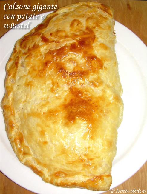 calzone gigante con patate e wurstel ricetta gustosa