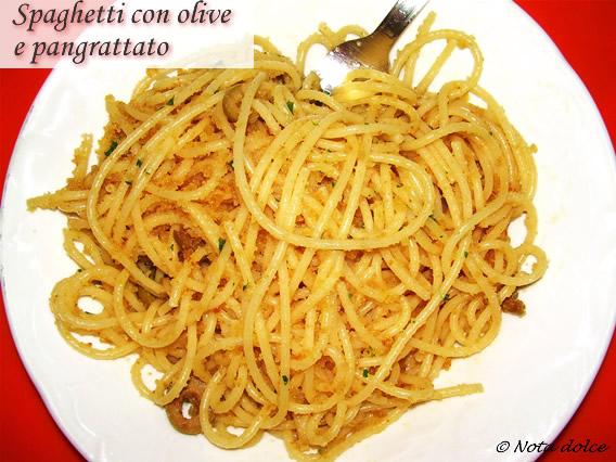 Spaghetti con olive e pangrattato, ricetta veloce
