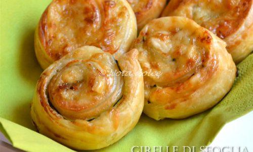 Girelle di sfoglia con zucchine e formaggio, ricetta veloce