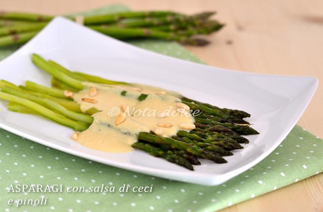 Asparagi con salsa di ceci e pinoli, ricetta facile