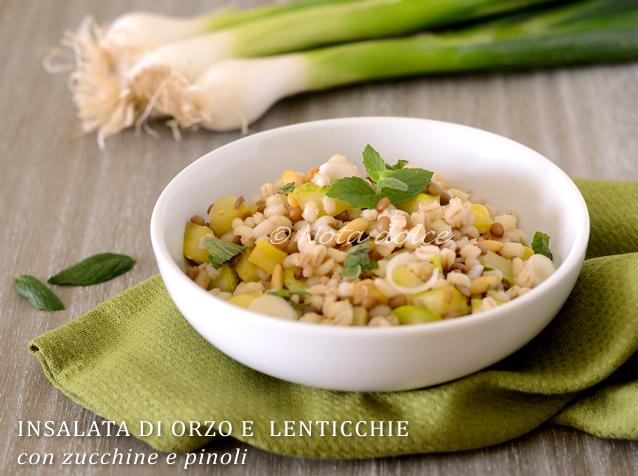 Insalata di orzo e lenticchie con zucchine e pinoli, ricetta vegana
