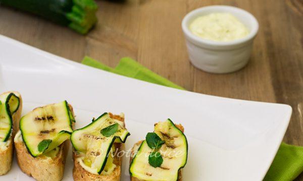 Crostini di zucchine con maionese all'aglio ricetta gustosa