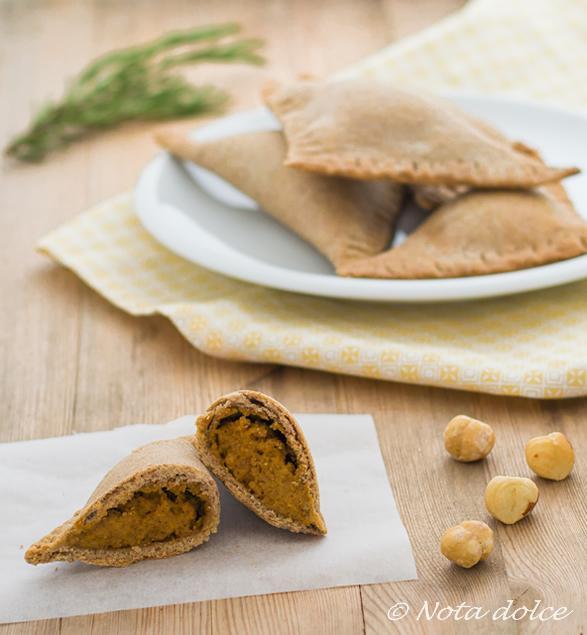 Triangolini di segale con zucca e nocciole ricetta sfiziosa