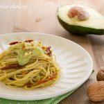 Spaghetti con crema di avocado, pomodori secchi e noci ricetta veloce