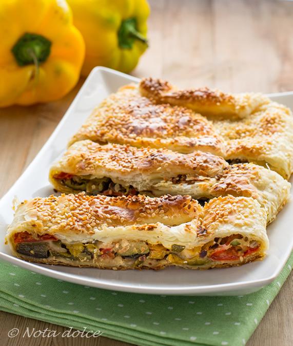 Rotolo di sfoglia con verdure arrostite ricetta facile e gustosa