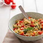 Insalata di orzo con pomodori, formaggio e olive ricetta gustosa