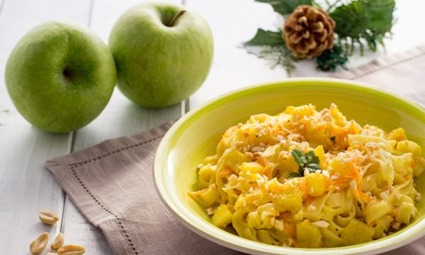 Fettuccine cremose con mele e arachidi ricetta per le feste
