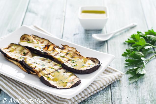 Melanzane grigliate con salsa ai capperi e senape ricetta facile
