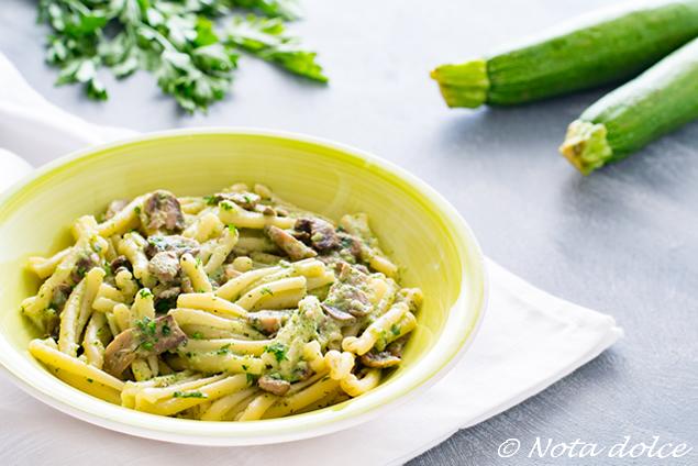 Caserecce ai funghi con crema di zucchine ricetta facile