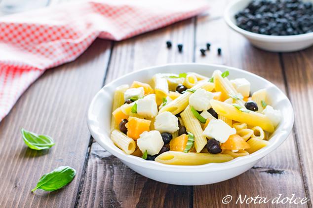 Insalata di pasta con ceci neri, melone e feta ricetta gustosa
