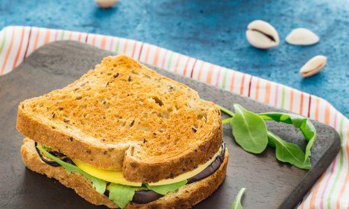 Sandwich con melanzane grigliate e crema di lenticchie rosse