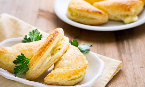 Mezzelune di sfoglia con patate e mozzarella ricetta sfiziosa