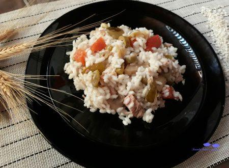 Insalata di riso con verdure miste e tonno