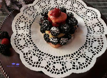 Mini torta con crema di lamponi e more