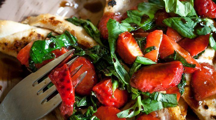 Pollo alle fragole e basilico: 3 ingredienti, pochissimo olio