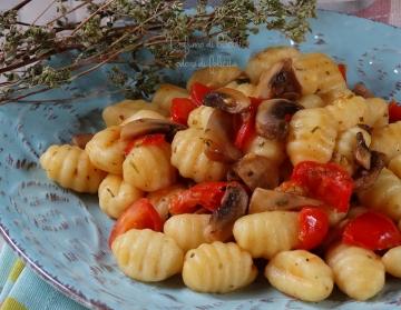 gnocchi con pomodorini e funghi