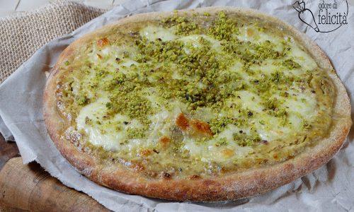 Pizza al pistacchio di Bronte con mozzarella di bufala