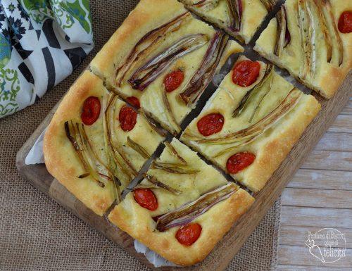 Focaccia con cipollotti e pomodorini