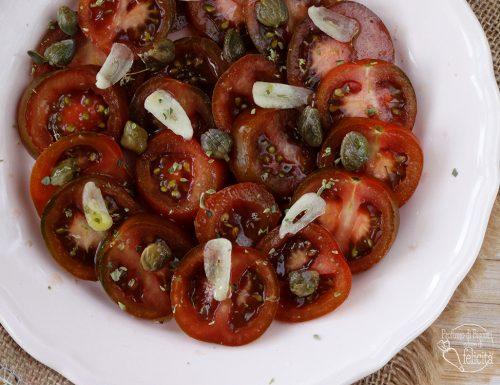 Pomodori e capperi in insalata