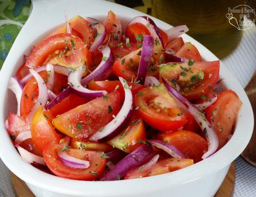 Insalata di pomodori e cipolla
