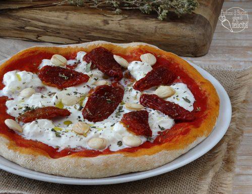 Pizza con stracciatella e pomodori secchi