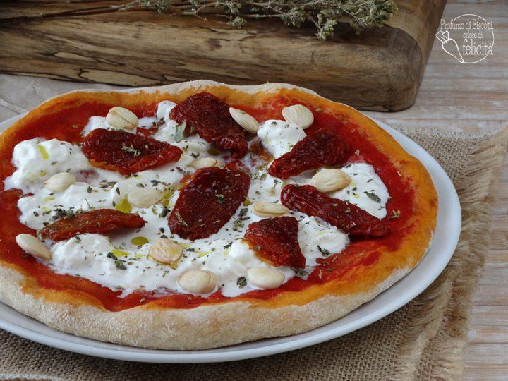 pizza con stracciatella e pomodori secchi con le mandorle