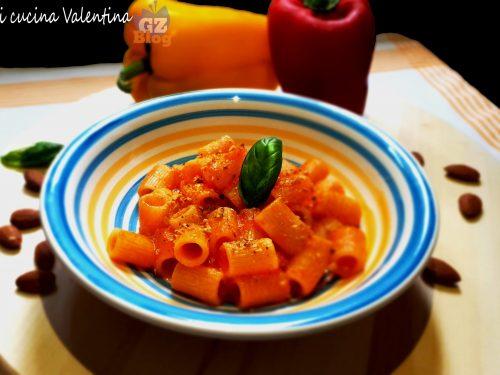 Pasta con crema di peperoni e mandorle tostate