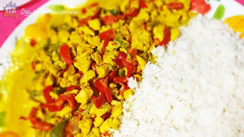 Pollo al curry con peperoni e riso basmati