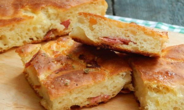 Focaccia di patate con scamorza e salame
